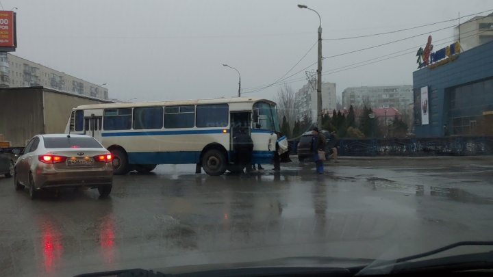 "«Снес автобусу ""морду"" и въехал в забор»: жесткое ДТП на юге Волгограда парализовало движение"