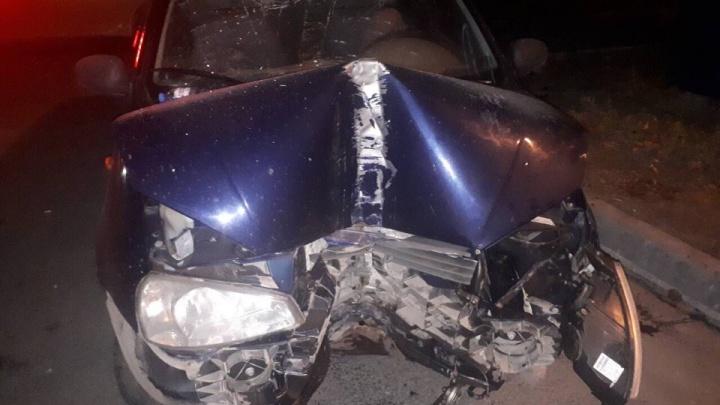 Машину разорвало пополам: около Курумоча водитель Lada врезался в столб