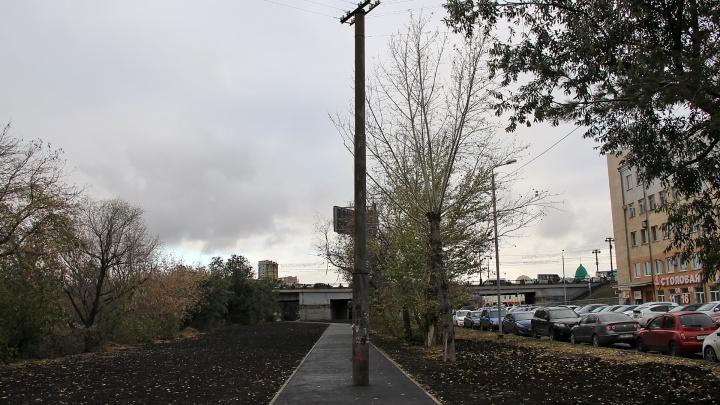 На обновлённой набережной Оми рабочие оставили столб посреди тротуара
