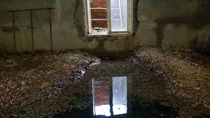 В Кудымкаре подвал дома для переселенцев из ветхого жилья и сирот затопило стоками канализации