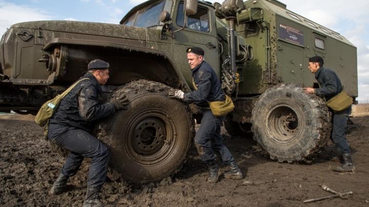Грязное дело: на чебаркульском полигоне военные спасли «подбитый» танк и победили бездорожье на «Уралах»