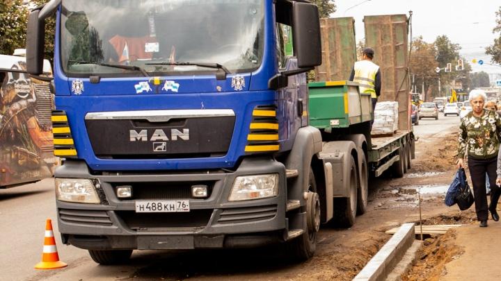 В Ярославской области мужик на грузовике украл с реконструкции дороги 70 тонн щебня
