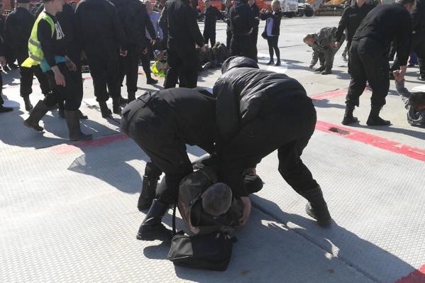 Охранники стройки применили силу к активистам. По словам пострадавших, полиция бездействовала