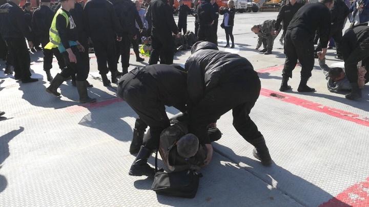 «Таскали людей по асфальту, били»: фото и видео инцидента на Шиесе 10 мая