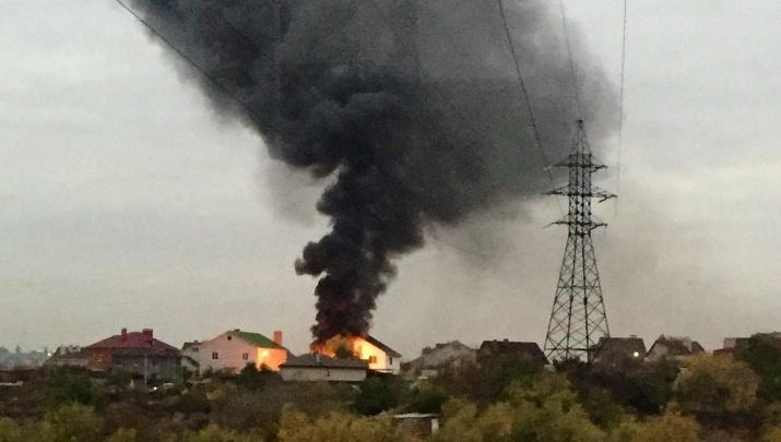 «Дому конец»: в Дзержинском районе выгорел двухэтажный коттедж