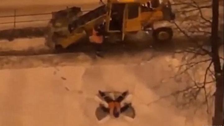 Видео дня. Коммунальщик из Нижнего Новгорода делает снежных ангелов во время работы