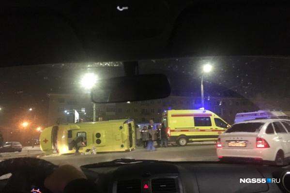 Автомобиль скорой помощи перевернулся после столкновения с «Ниссаном»