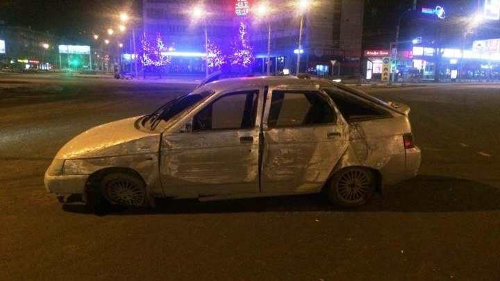 «Лада» въехала в бордюр на площади Калинина: двое пострадавших, водитель в розыске