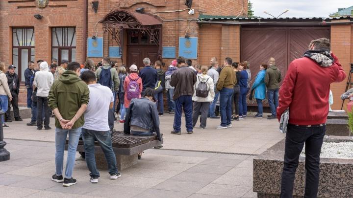 У консульства Казахстана в Омске собрались огромные очереди: разбираемся, что происходит