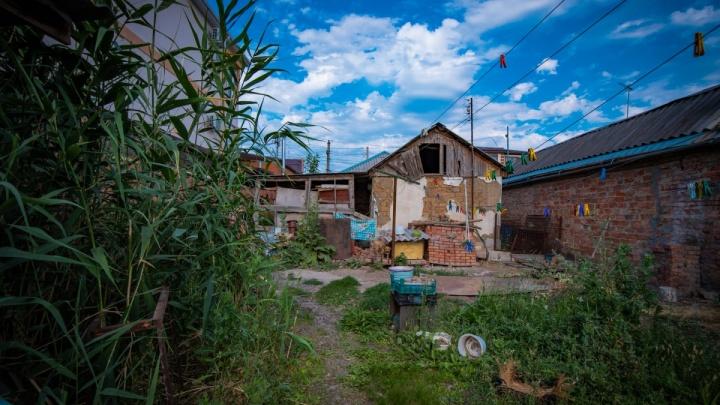 «Наш дом — озеро с лягушками»: пенсионеры из Батайска рассказали о жизни в аварийных условиях