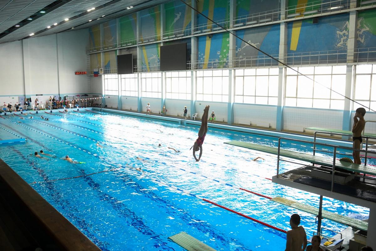 В большом бассейне очисткой занимается управляемый робот, а не дайверы, как это было ранее