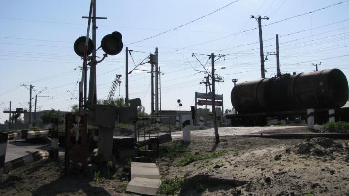 Во Фролово грузовик развалился на железнодорожных путях