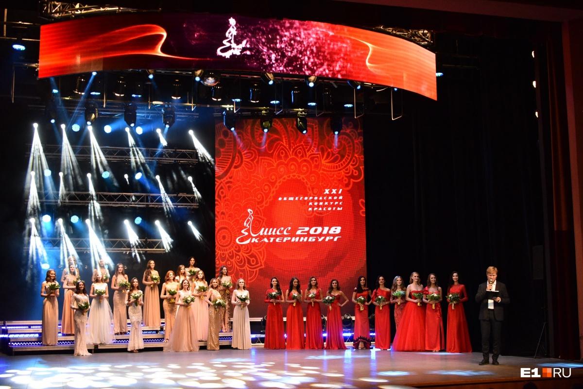 Девушки разделились: одни были в ярко-красных платьях, а другие в нарядах пастельных оттенков