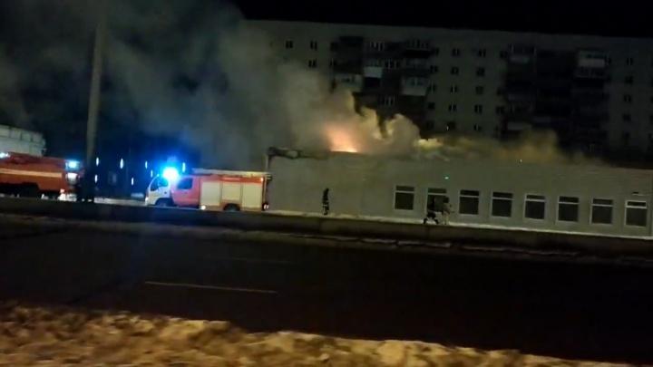 Возле «Меридиана» в Челябинске сгорел только построенный торговый комплекс
