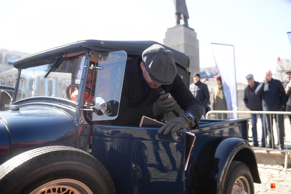 Гонки в прямом эфире: легендарные столетние авто устроили соревнования прямо на площади 1905 года
