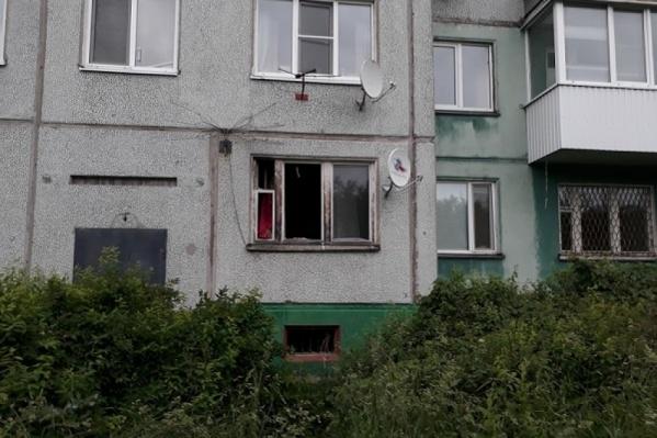 Пожарные попали в квартиру через окно