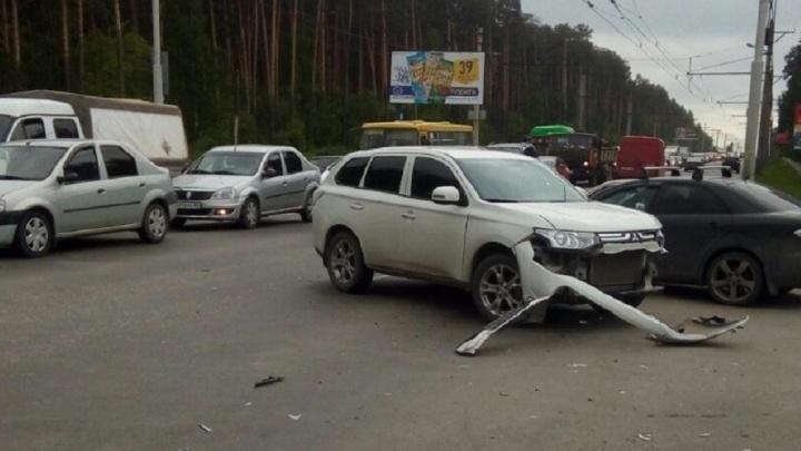Opel, который объезжал пробку на Амундсена и протаранил Mitsubishi, попал на запись видеорегистратора