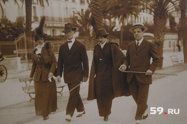 Слева направо: супруга Михаила Романова Наталья Брасова, великий князь Михаил Романов, неизвестная дама и секретарь Романова Николай Жонсон