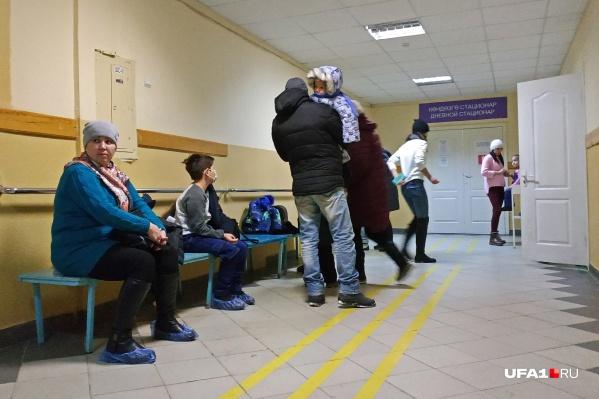 В поликлиниках Сибая не протолкнуться — взрослые и дети проходят обследования