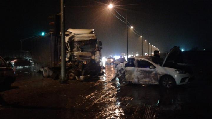 Врезался в стоявших на светофоре: в Волгограде случилось ДТП с двумя грузовиками и двумя легковушками