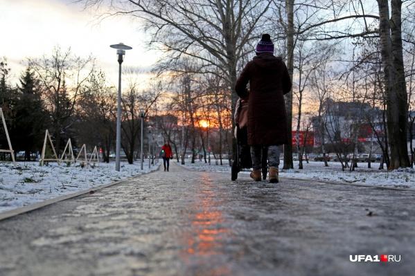 С резким похолоданием дороги покрылись коркой льда