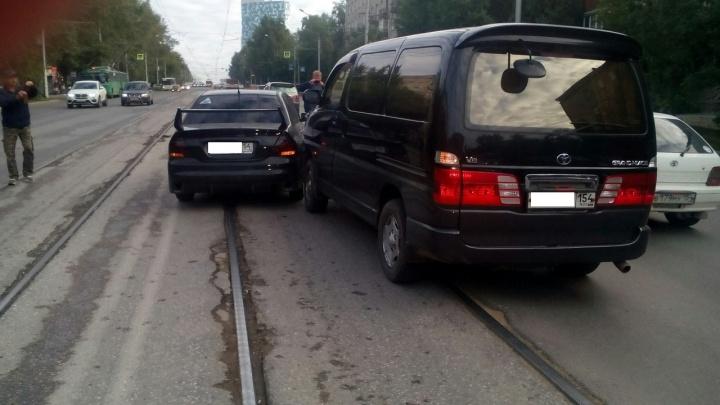 Две иномарки не поделили дорогу на Сибиряков-Гвардейцев и перекрыли движение трамваям