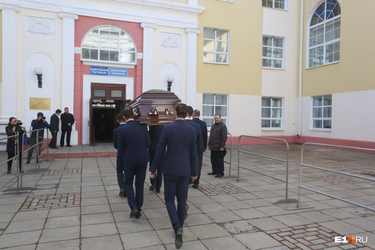 Прощание проходило в дворце культуры имени Агаркова, который создал и поддерживал Тетюхин