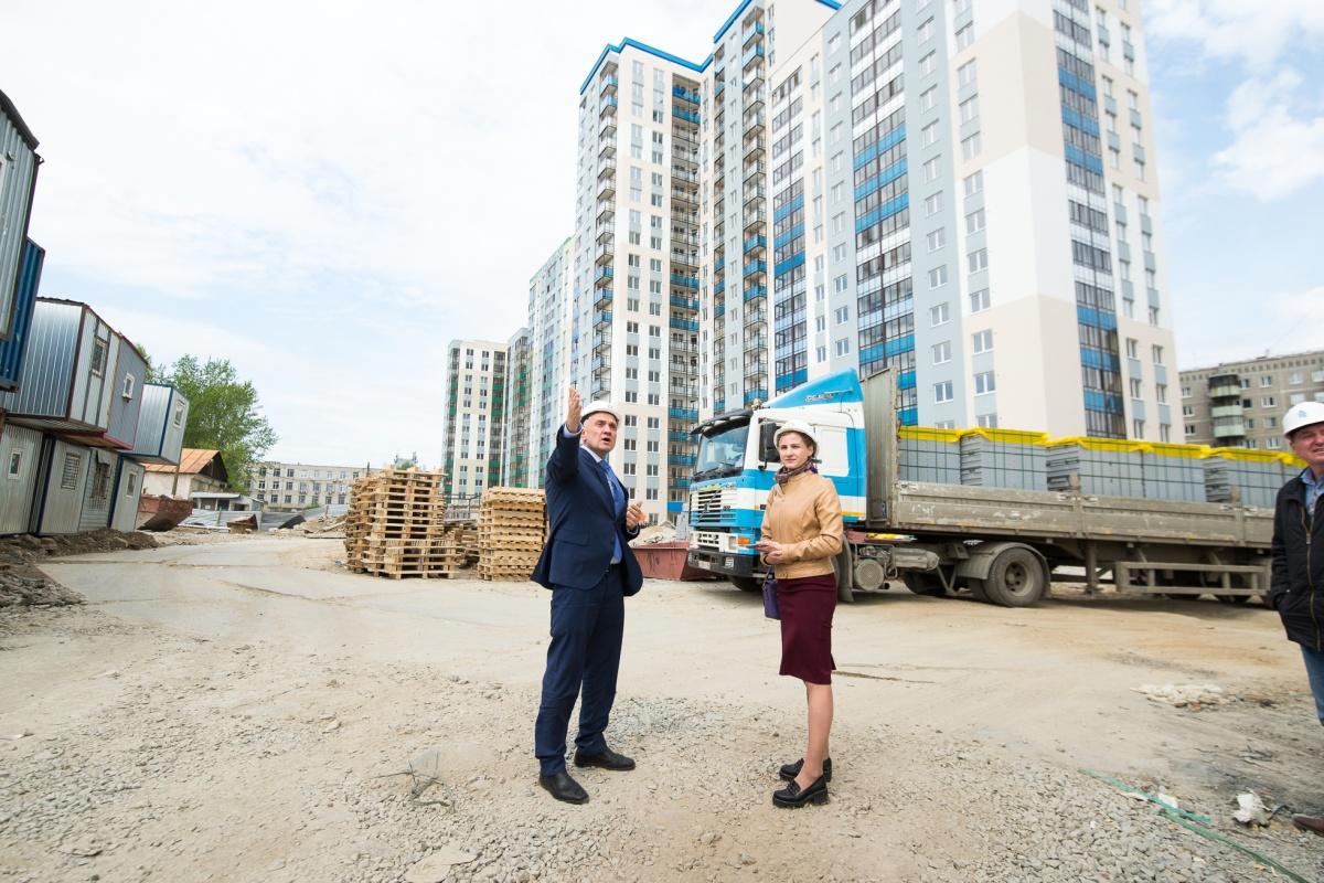 За спиной Евгения Шилова второй дом. Он почти закончен и почти распродан. Осталась пара дюжин квартир. После сдачи дома они вырастут в цене
