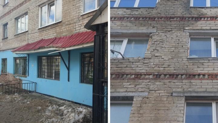 Тюменцы жалуются на аварийную пятиэтажку на улице Карла Маркса, которую год чинят своими силами