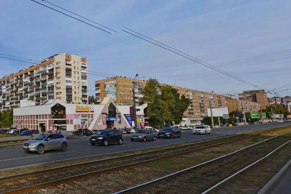В ТЦ располагаются супермаркет и магазины одежды
