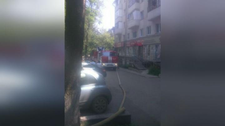 Эвакуировали всех жильцов: в центре Уфы горит трехкомнатная квартира
