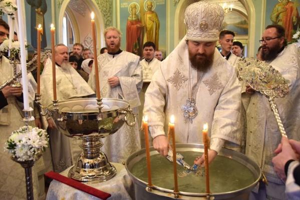 Освящённую воду в этот праздник верующие хранят дома в течение года