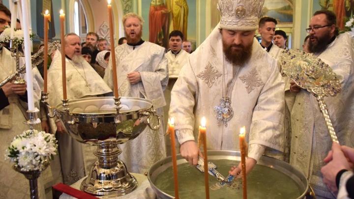 «По 145 рублей за бутылочку»: в Челябинске освятили крещенскую воду