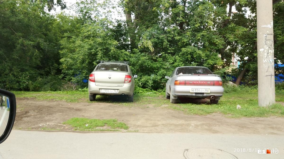 «Я паркуюсь как...»: инвалид на арендованном авто, недовольный автохам на газоне и торопыга на ВАЗе