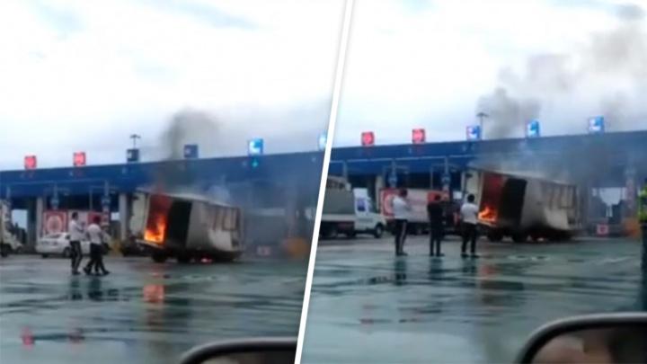 На трассе М-4 «Дон» грузовик влетел в отбойник и загорелся