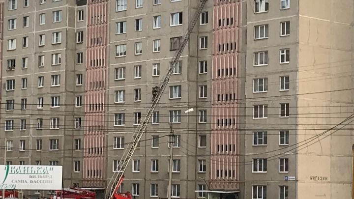 «Спасатель забрался на 9-й этаж»: жителей высотки в Челябинской области напугал пожар