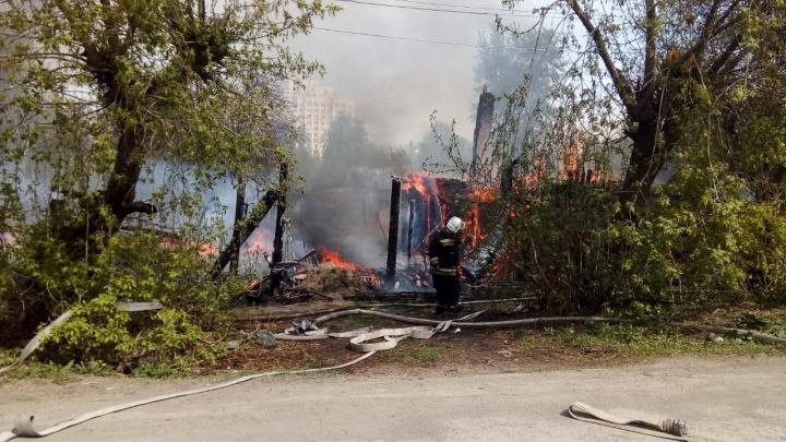 Клубы дыма видно издалека: в районе Автовокзала вспыхнул частный дом