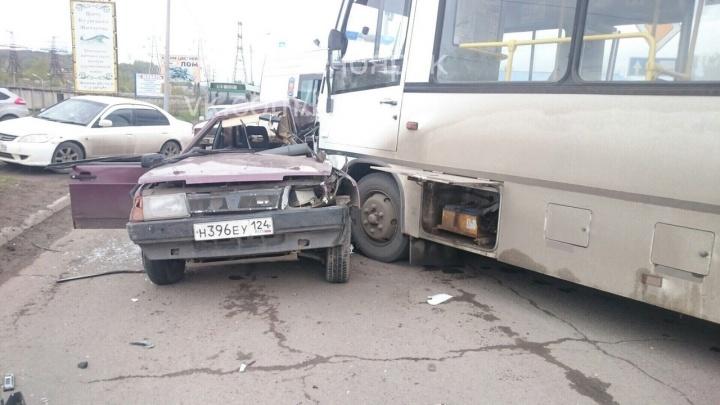 На Лесопильщиков ВАЗ при обгоне по встречке вылетел под автобус: четверо пострадали