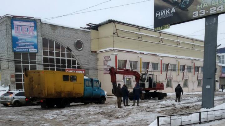 «Всё покрылось ледяными волдырями»: в Ярославле две недели затапливает улицу. Видео