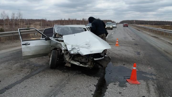 Женщина за рулём «четырнадцатой» вылетела на встречную полосу под Каменском-Уральским и устроила ДТП