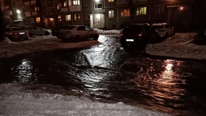 «Грейдер задел пожарный гидрант»: на Уктусе после чистки снега разлилась река