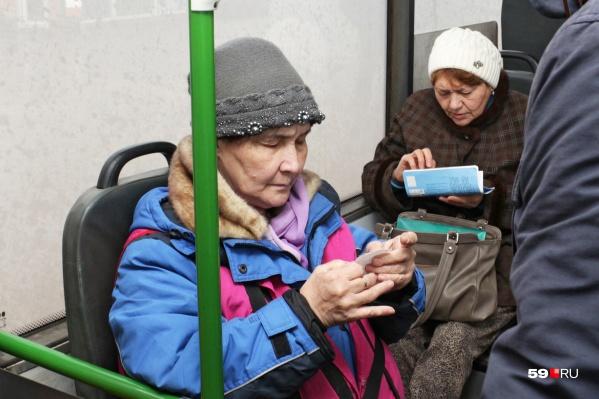 С 1 февраля оплатить проезд в транспорте будет дешевле, если пользоваться картой. Но пока такая возможность далеко не во всех автобусах