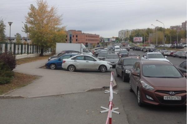 На Солнечной водители оставляют машины с обеих сторон дороги