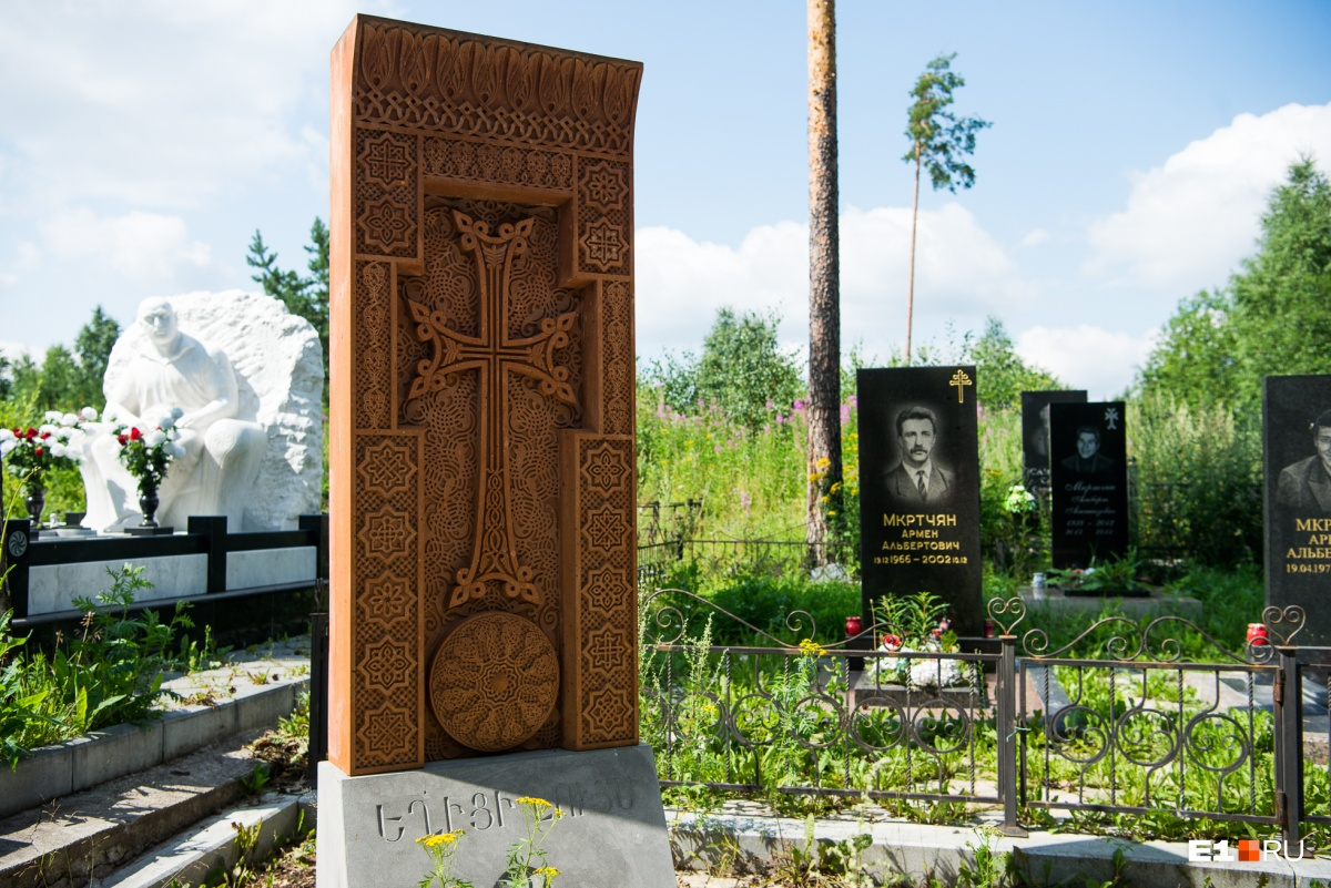 На переднем плане — классическое армянское надгробие