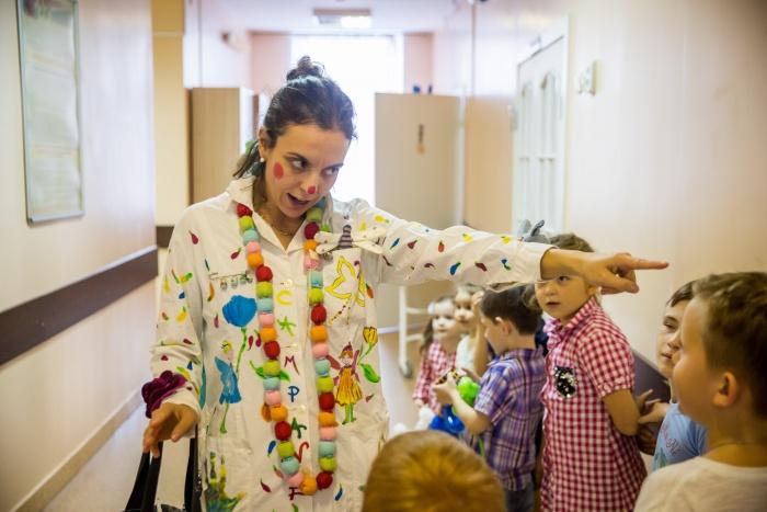 Детей в больнице развлекали сегодня клоуны из Новосибирска и итальянского городаТревизо. На фото — итальянкаАличе Скотти Марчелло