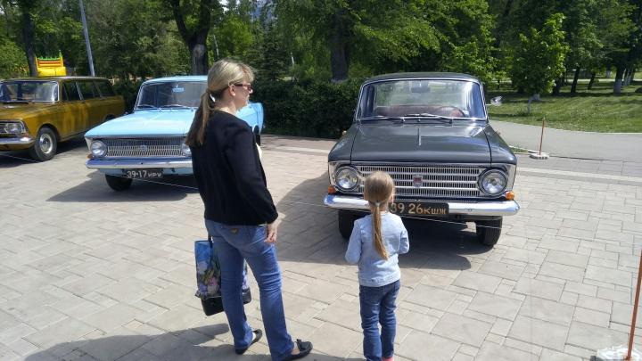 В парке Дружбы открылась выставка ретроавтомобилей