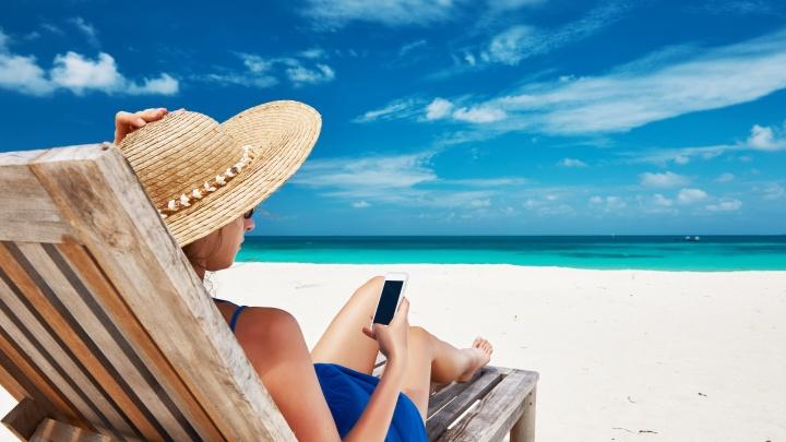 «Плавай, загорай, фото выставляй»: мобильный оператор создал инструкцию для отдыхающих в роуминге