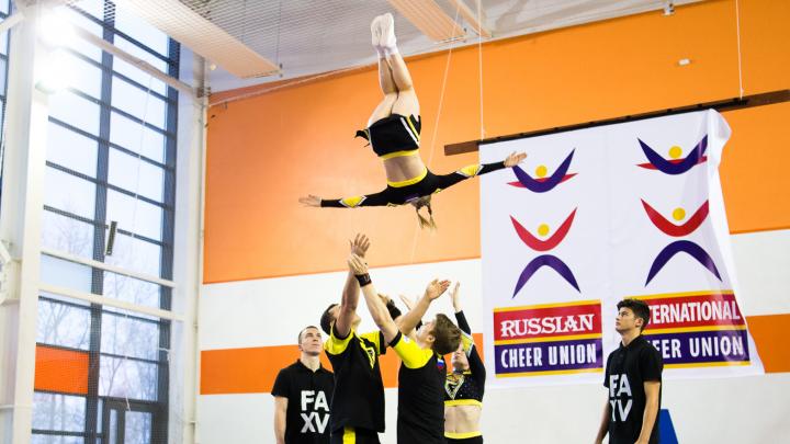 Девушки, которые умеют летать: фоторепортаж с соревнований по чирлидингу в Екатеринбурге