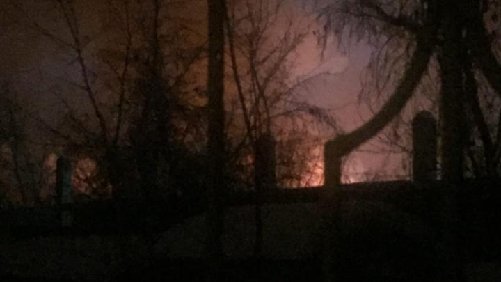 Ночью около 40 спасателей тушили пожар вСтаром Кировске. Они вынесли из дома баллон