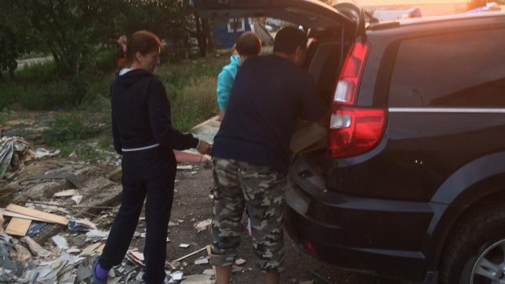 «Сами себе гадим под ноги»: волгоградцы превратили дворы на улице Жолудева в стихийную свалку